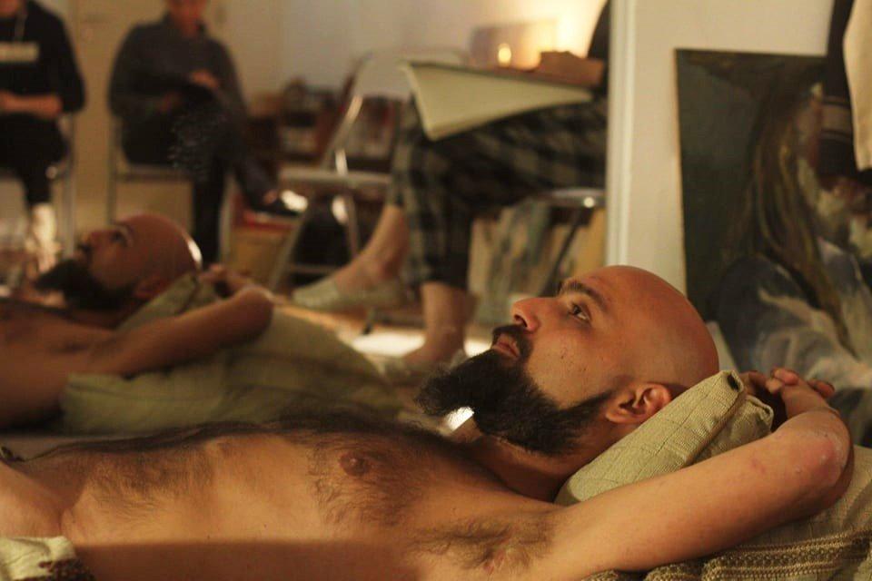 Ιούδας Λάμπρου: Τολμάει να ποζάρει γυμνός στην Κύπρο